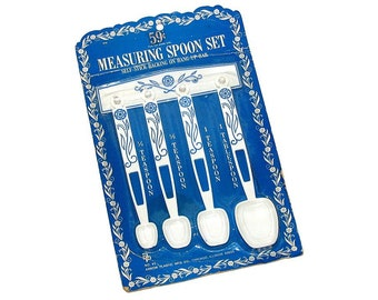 Vintage 60s 70s White Blue Floral Hanging Measuring Spoon Set by ARROW PLASTICS
