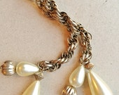 vintage gold tone metal lariat Y necklace with teardrop creamy simulated pearl dangles and twisted quadruple link chain