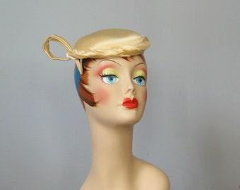 Ladies Vintage Hat / Vtg 40s 50s / Ivory Satin Fascinator / sculptural champagne ivory hat