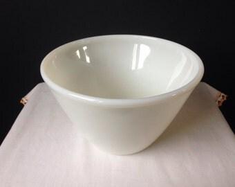 Fire King - Splash Proof Mixing Bowl - White - 2 Quart -