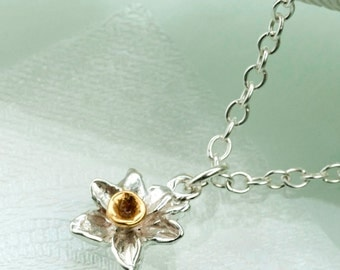 Daffodil Pendant in Sterling Silver and 18ct Gold.