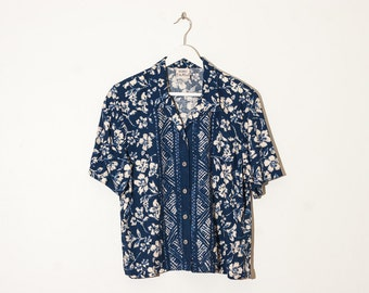 on sale - blue floral button-up blouse / tiki short sleeve collared top / size L