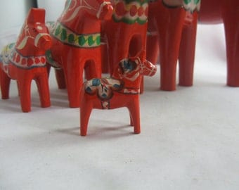 Dala horse 5 cm (Swedish: Dalahäst). 1 Original Swedish wooden horse from Dalarna in Sweden. Handwork. 1970s / 80s. VINTAGE