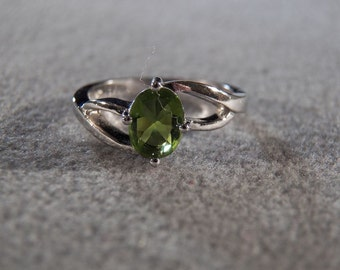 Vintage Sterling Silver & Genuine Peridot Ring, A Dynamic Ultra Chic Design in Size 8 ~~ **RL