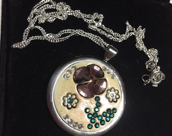 Flower pendant necklace with crystals
