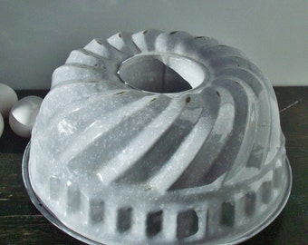 Vintage Enamelware / Molded Cake Pan / Lightweight / Charming useful antique / Pale Grey and White
