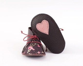 Baby shoes in dark brown leather and cotton