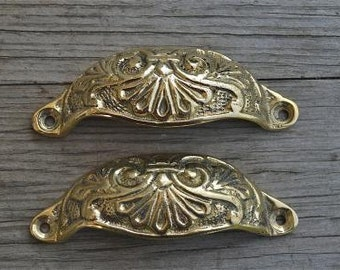 A pair of brass Victorian style cup drawer handles c/w screws 2003