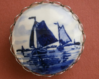B466) A lovely vintage silver tone metal and painted ceramic Dutch  blue Delph boat scene round brooch