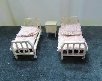 Tootsietoy 2 Beds & nightstand 1950's