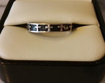 Vintage 925 Stamped Sterling Silver Band Ring with a Cross Design Around Ring Size 7 1/2