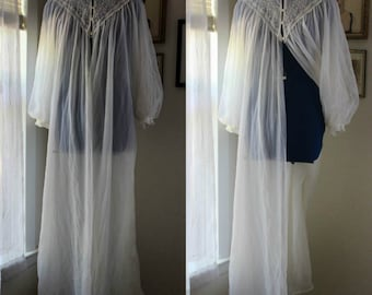 Vintage White 1960's Eyelet Nightgown // Nighty // Babydoll // Lingerie by Miss Elaine