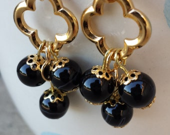 Gold-plated quatrefoil earrings with black stones