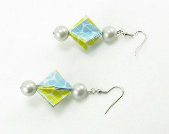 Bijou en origami. Boucles d'oreilles en origami Triangles & Pearls. Bleu clair, jaune et blanc. Fait-main, hypoallergenique.