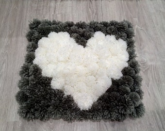 Carpet from PomPoms wool with 40 x 40 cm heart drawing