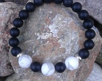 1) Bracelet en pierres semi précieuses en onyx noire et howlite montée sur fil élastique