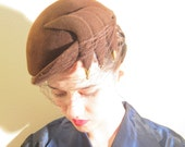 Vintage 1950s Cocktail Hat in Asymmetrical Brown Felt / 50s Fascinator Hat Sculpted Side Panels and Beads
