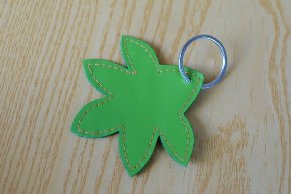 Leather keychain, leather keyring,leaf keychain,shapes keyring,leaves keychain,green leaf keyring,green keychain, flower shape