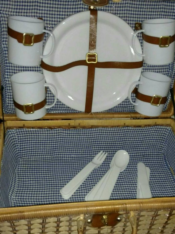 Beautiful Vintage Picnic Basket with Service for 4 Excellent Condition Large Size