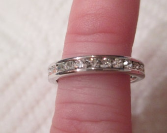 New 18kt White Gold over Sterling Silver Simulated DIAMOND Eternity Band Wedding Ring sz5 READ FEEDBACK sparkly cz diamond band Beautiful