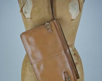 Vintage 70s wristlet. Leather clutch. 70s cognac leather bag. Tan leather wristlet. Wallet. Neutral. Boho. Chic. Punk. Classic.