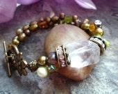 freshwaterpearl green bracelet, bracelet perle d'eau douce verte, quartz bracelet, focal stone bracelet, flower toggle bracelet, kaki pearl