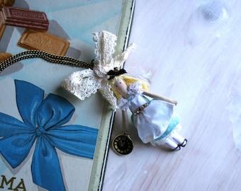 Pendant Alice in Wonderland