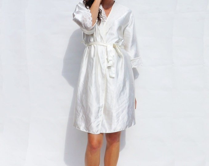 Lightweight Dressing Gown, Vintage 80s Lace Trimmed White Summer Dressing Robe, Bridal Dressing Gown, White Bridal Silky Short Dressing Robe