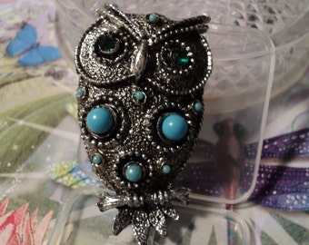 Estate vintage silvertone green rhinestone eyes owl brooch\pin with synthetic turquise beads.   P3