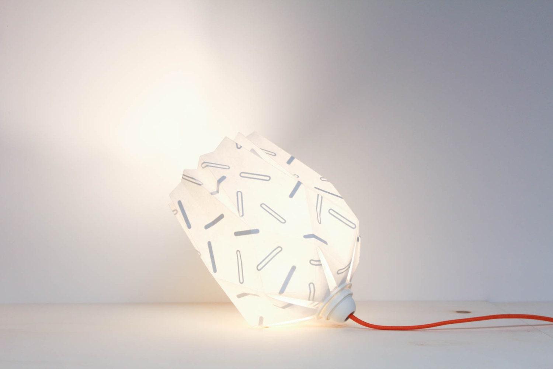 luminaire origami s rigraphi papier blanc motifs gris. Black Bedroom Furniture Sets. Home Design Ideas