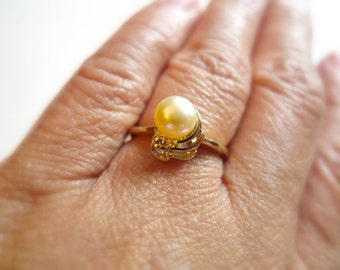 Maximina . off white cultured pearl ring . GP 14K . ring size 6.5