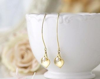Gold Calla Lily Earrings with pearls, Calla Lily Jewelry, Bridal Earrings. Wedding Jewelry. Valentine's Day gift for Wife girlfriend Mom