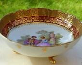 Saladier en porcelaine de Limoges. Plat à servir réhaussé à l'or. Plat décor Fragonard années 60.