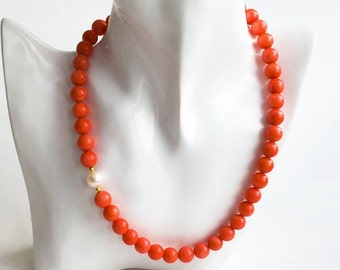 Necklace with a salmon coral and pearls with gilded silver