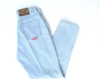 Super highwaisted, light wash MOM JEANS. Femme fatale, no excuses button front mom jeans. W27 L29