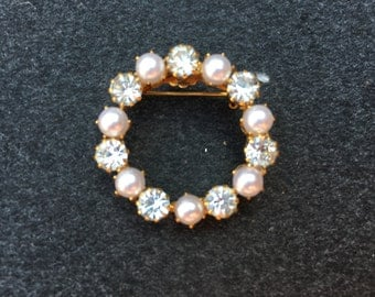 Vintage Clear Rhinestone with White Faux Pearl Gold Toned Metal Circle Brooch 0687