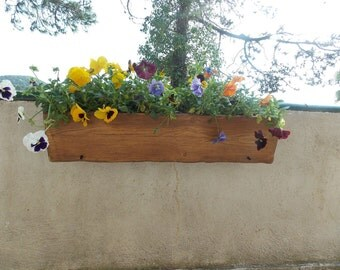 Flower pot Orinoco: Rustic pot hanging on balcony