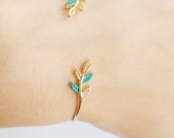 Minimal gold plated adjustable babgle bracelet with green leaves