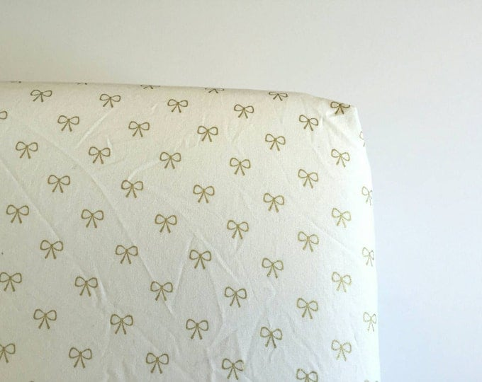 Dainty gold bows fitted crib sheet