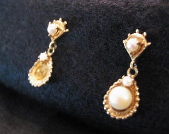 Ladies 14 Karat Yellow Gold Pierced Pearl Earrings