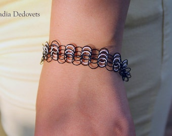 Chain bracelet of black and white wire