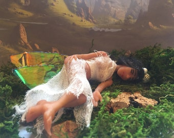 Fairy Anisa, 17 cm, lying down with wood from the forest.