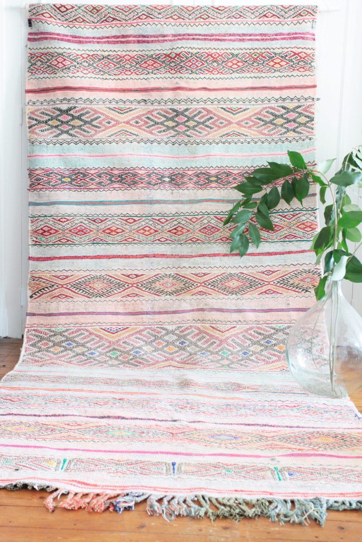tapis marocain kilim boucherouite tiss plat par maisonmenara. Black Bedroom Furniture Sets. Home Design Ideas