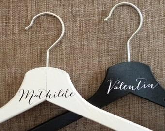 Cintre mariage. Lot de 2  cintres personnalisables.Cadeau mariage personnalisé.Custom wedding gift .