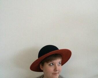 Model Jane: handmade ladies hat, ruggine edge with black ball made of wool felt.