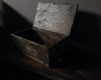 Mountain Hut Box -gray back white-