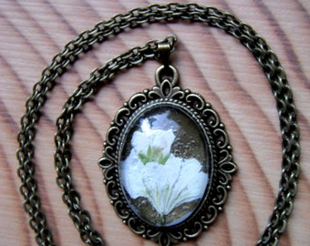 Real flowers necklase, pressed flowers, bronze tone pendant, pressed flowers jewelry, glass pendant, handmade pendant, gothic pendant, boho