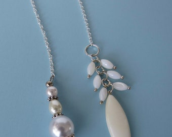 Chain Bookmarker in white pearl