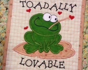 Quilted VALENTINE Wall Hanging . . . #toadallylovable . . . #appliquefrog . . . #blackmetalhearthanger