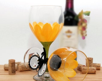 flower wine glass, painted wine glass, school bus yellow, daisy, gerber daisy, personalized gift, wine lover gift, wine goblet, large wine